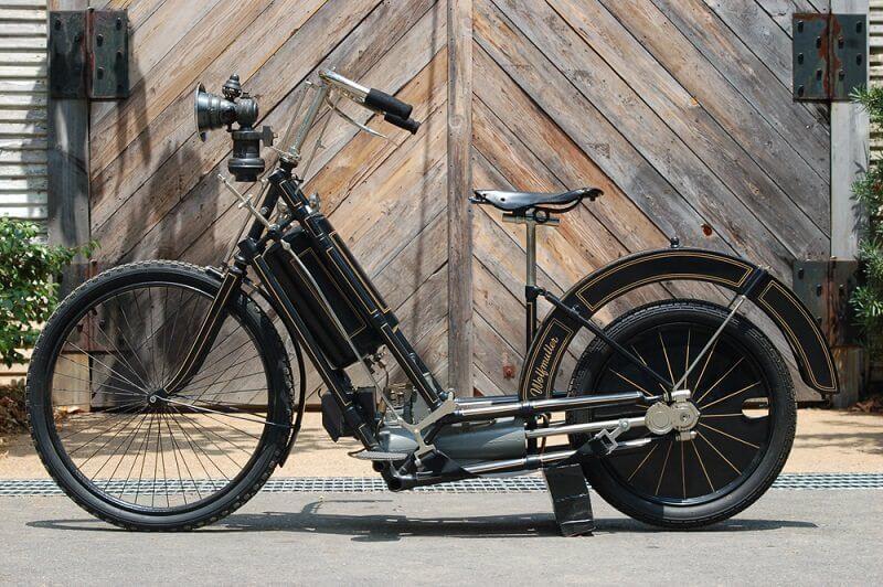 أول دراجة نارية في العالم