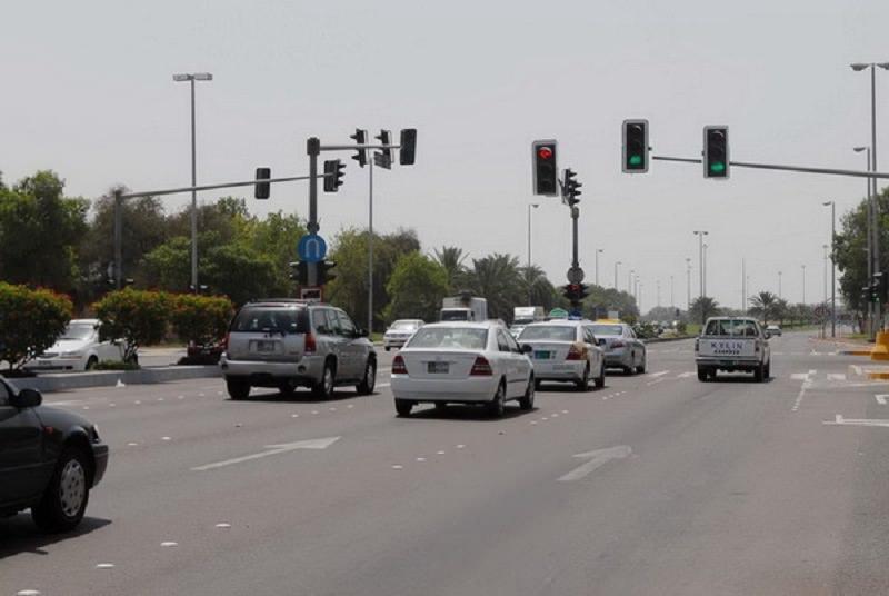 أبوظبي أول مدينة عربية تغير من تقنية عمل الإشارات الضوئية