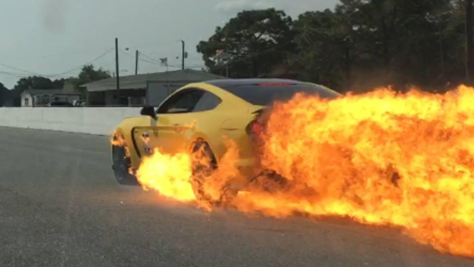 النيران تندلع في سيارة فورد موستنج جي تي350