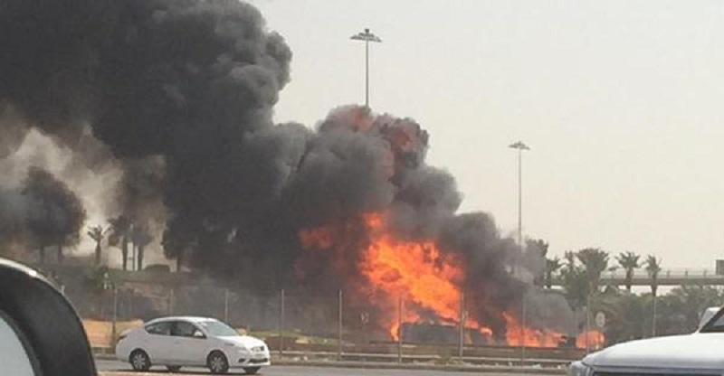 اندلاع النيران في صهريج وقود عقب انقلابه على طريق في الرياض