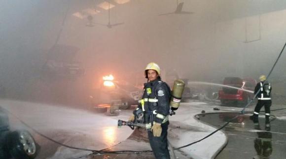 اندلاع حريق في معرض صيانة سيارات بالسعودية