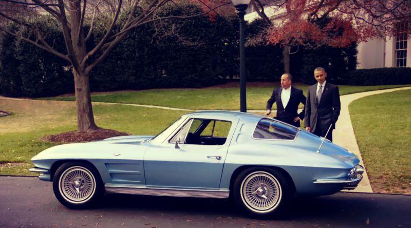 أوباما يجرب قيادة شيفروليه كورفيت مع أشهر كوميدي أمريكي