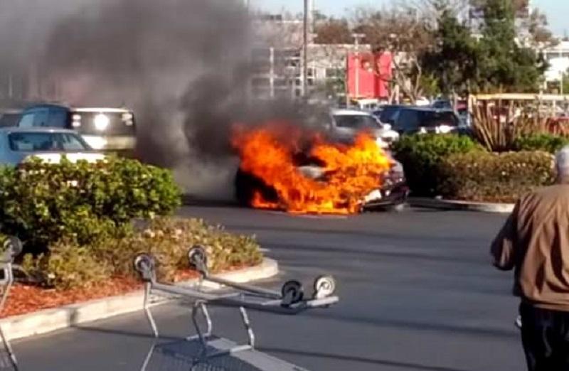 لحظة اشتعال سيارة بورش 911 تيربو اس