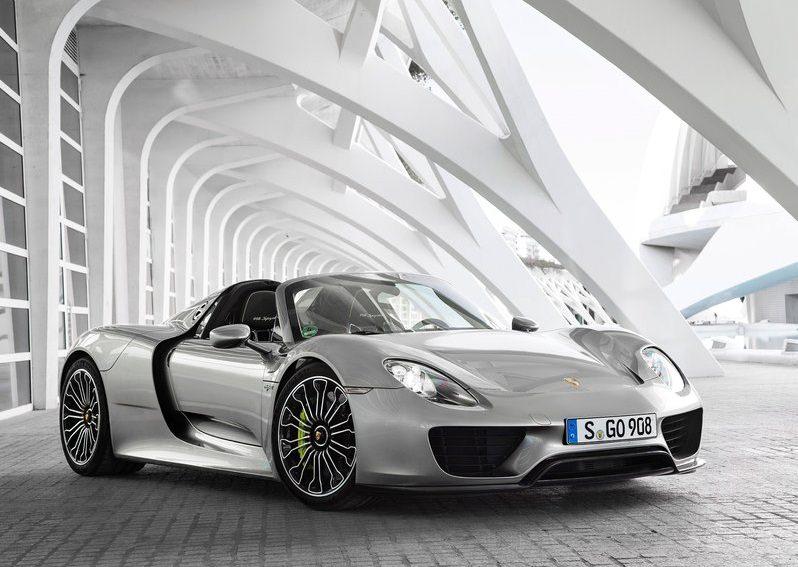 الشيخ منصور بن محمد ال مكتوم يشتري سيارة خارقة محدودة الإنتاج