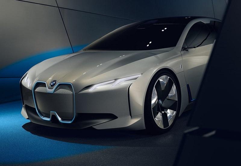 بي ام دبليو i8 كشف 2018 تجري اختبار اهتزازات في المصنع