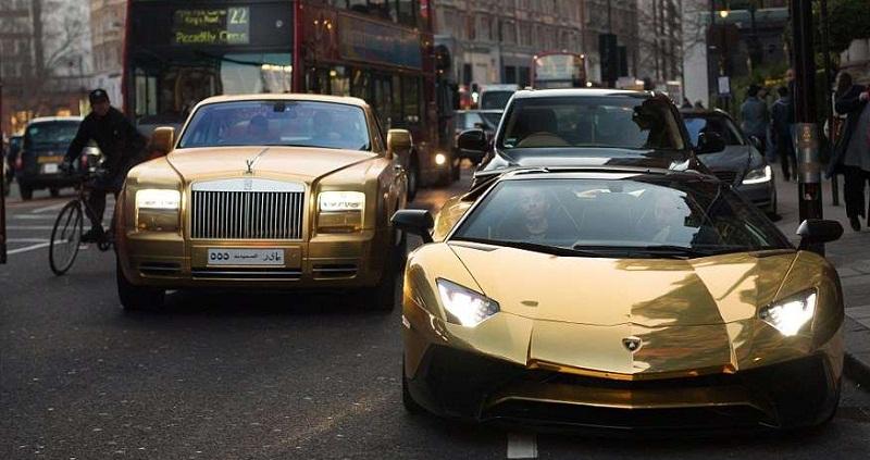 ثري سعودي يستعرض بسياراته الذهبية في لندن