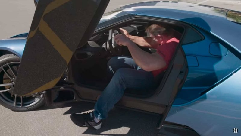 جون سينا يختبر الجلوس داخل سيارة فورد GT 2017