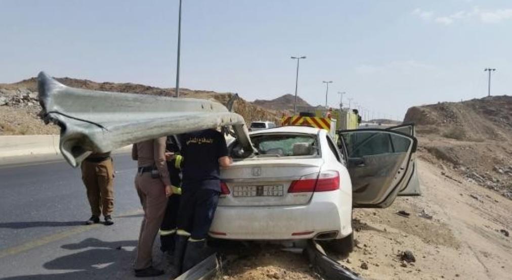 حاجز حديدي يخترق هوندا اكورد بالسعودية
