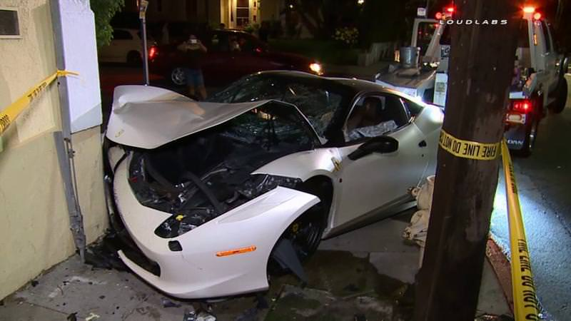 سباق غير قانوني يؤدي إلى تحطم فيراري 458 ايطاليا