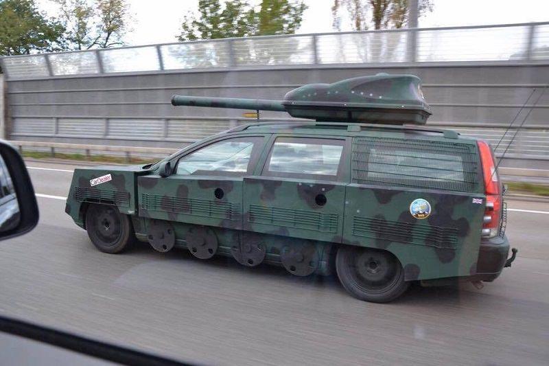 سيارة معدلة تعتقد نفسها دبابة يومية الاستخدام