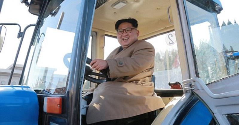 رئيس كوريا الشمالية يصعد خلف مقود تركتور أثناء زيارة لمصنع