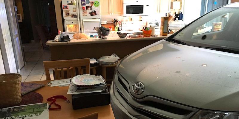 زوجان يخبئان سيارتهما داخل غرفة المعيشة