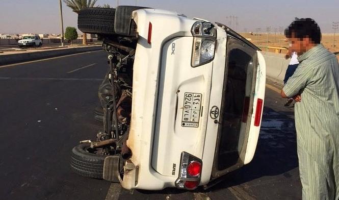 سائق سعودي يتعمد قلب سيارة ساهر والاعتداء على سائقها