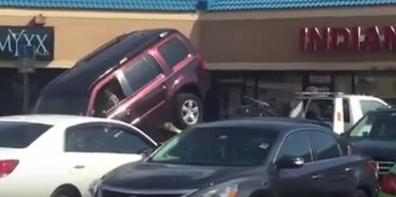 سائق مخالف يحاول الفرار بسيارته من شاحنة السحب