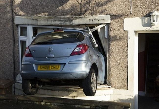 سائق يفقد السيطرة على سيارته ويدخل منزله من نافذته