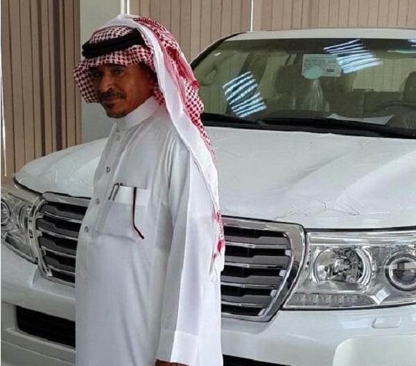 سعودية تهدي زوجها لاندكروزر بمناسبة تقاعده