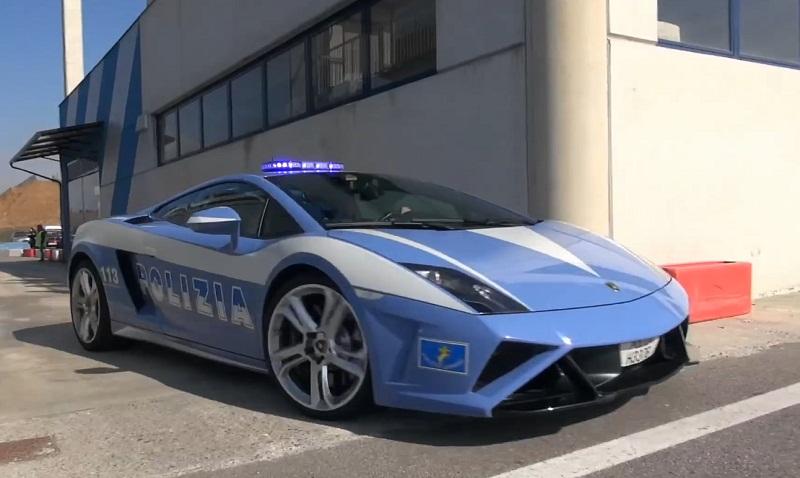 سيارة الشرطة الإيطالية لمبرجيني جالاردو تصنع حلقات الدريفت