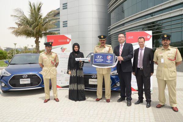 شرطة دبي تسلم سيارتين لأكثر سائقين إلتزاماً بقواعد المرور