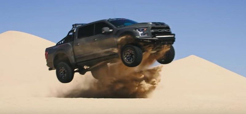 شيلبي رابتر باجا ذات القوة الجبارة تستعرض في الصحراء