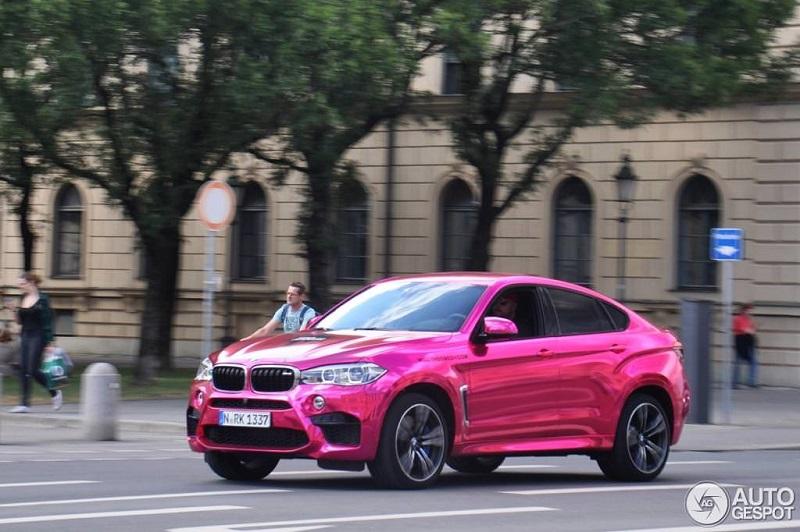 الوردي يغطي أحد أغلى وأشرس سيارات بي ام دبليو