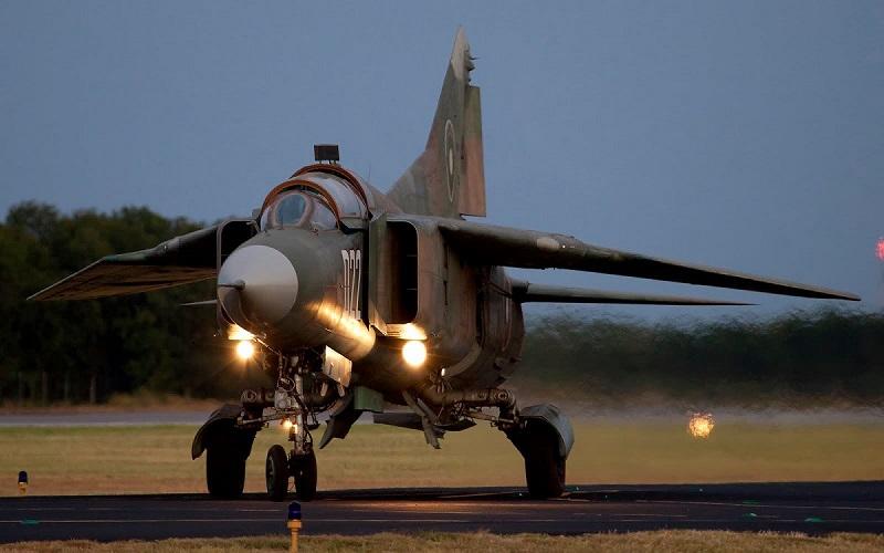 طائرة حربية تكاد أن تدهس مجموعة من الرجال في ليبيا
