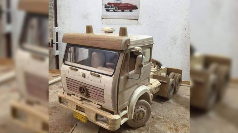 عراقي يصنع مجسم شاحنة من الخشب