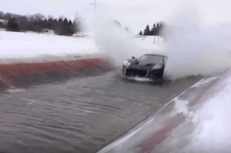 اختبار قيادة فورد GT في مجرى مائي