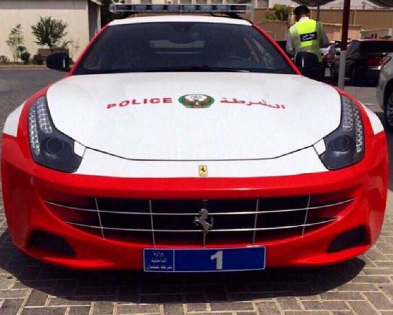 شرطة عجمان تضم أحد أشهر سيارات فيراري إلى أسطولها
