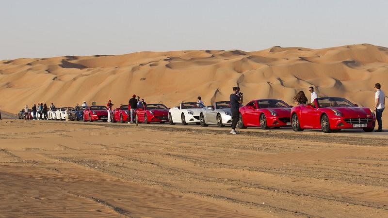 خلف كواليس تجمع سيارات فيراري كاليفورنيا T في الصحراء العربية