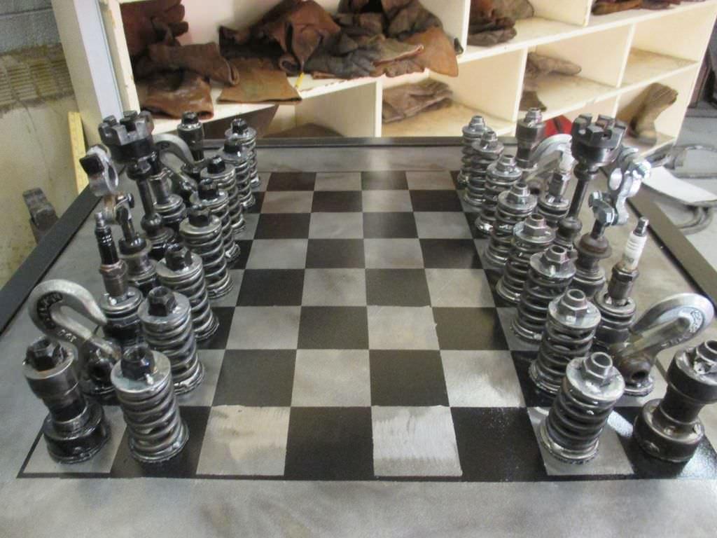 ميكانيكي يصنع لعبة شطرنج من قطع غيار السيارات