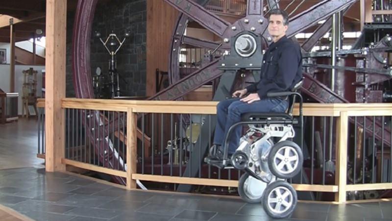تويوتا تقدم كرسي مقعدين متطور يمكنهم من الوقوف