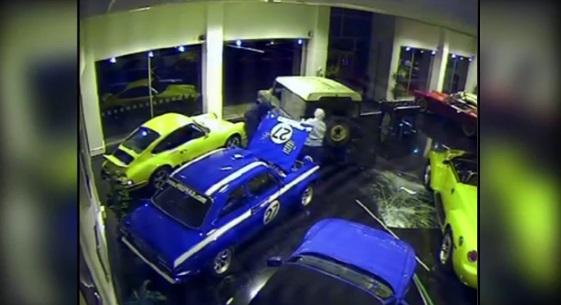لصوص محترفون يسرقون سيارة فورد اسكورت MK1 في 40 ثانية