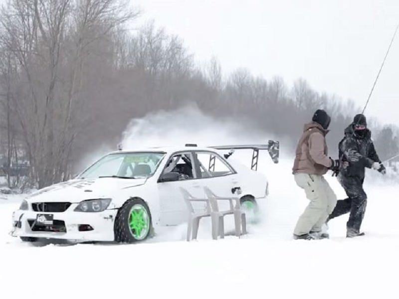لكزس IS300 بقوة 500 حصان تقدم استعراض دريفت على الثلج