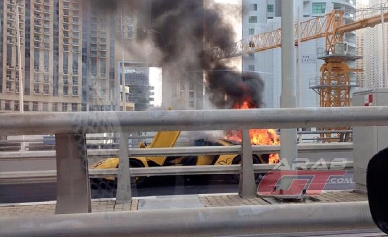 لمبرجيني افنتادور SV تحترق في دبي