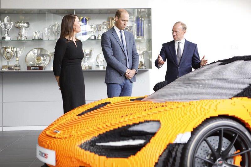 الأمير وليام يوجه نظره نحو سيارة مصنوعه من شيء سيعجب ابنه