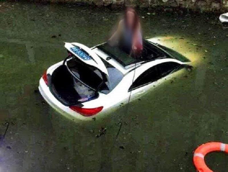 امرأة تركن سياراتها في مكان غير متوقع