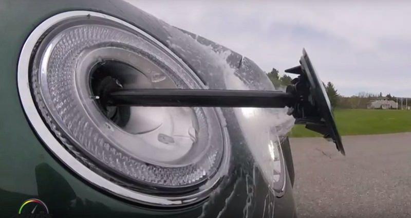 هكذا تغسل أفخم وأسرع وأقوى سيارة SUV في العالم مصابيحها