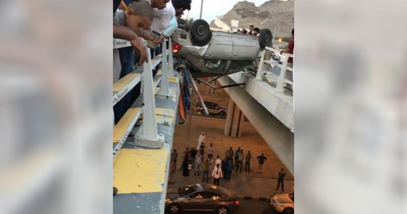 مصرع شخص في حادث انقلاب مروع لسيارة على جسر بالسعودية