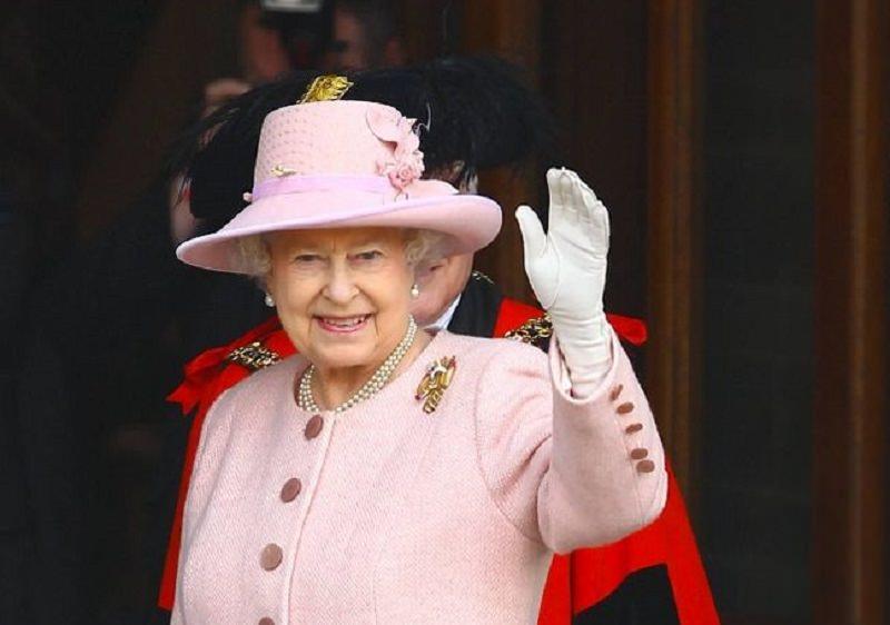 ملكة بريطانيا تعرض سيارتها للبيع بسعر يليق بها