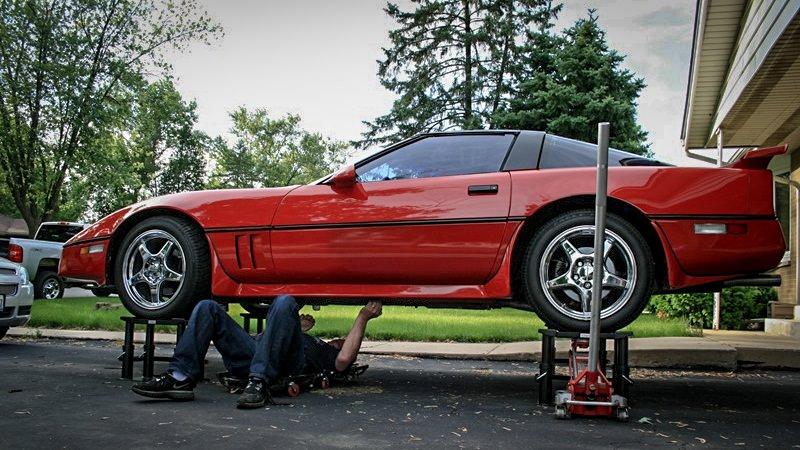 منصات رفع صغيرة تجعل صيانة سيارتك أكثر سهولة وأماناً