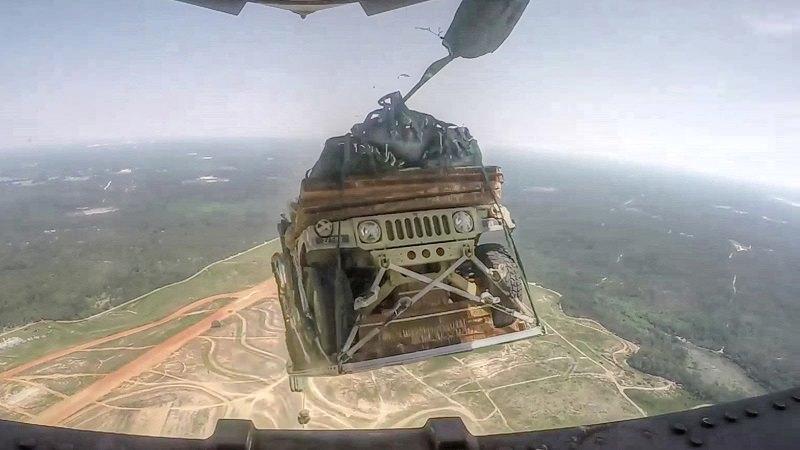 هكذا يتم إنزال مركبات Humvee العسكرية من السماء إلى الأرض