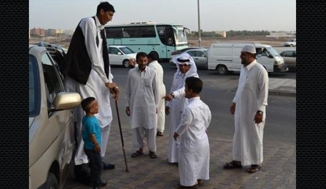 اطول رجل في العالم يستقل سيارة اجرة في السعودية