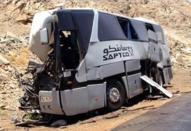 حافلة معتمرين تصطدم بشاحنة محملة بالحديد