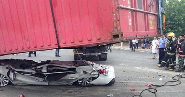 إنقاذ شخصين من سيارة حطمتها حمولة شاحنة