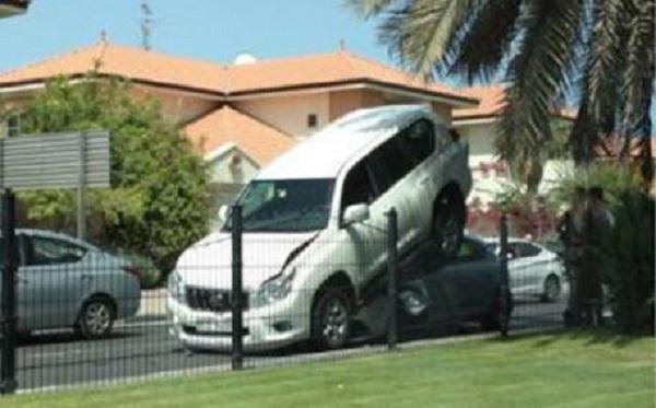 برادو تصعد فوق سيارة اخرى في دبي