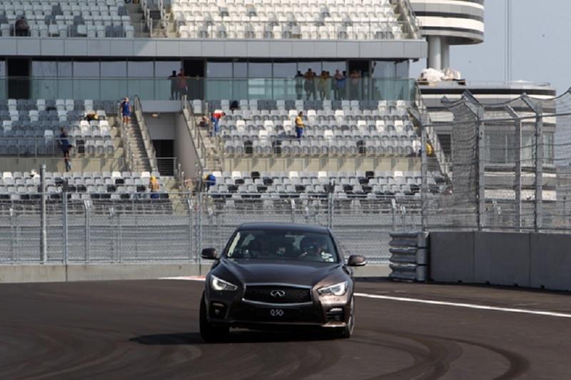 بطل العالم لأربع مرات في سباقات الفورمولا 1 يختبر سرعة انفينيتي Q50