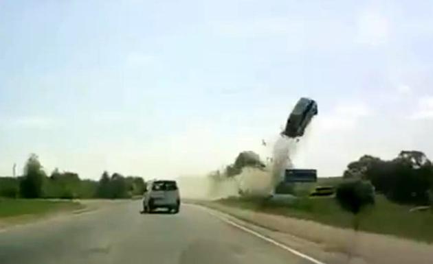 سائق يفقد السيطرة على سيارته فتطير في الهواء