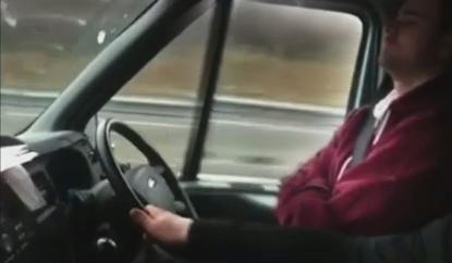 سائق نائم والراكب يقود بيد واحدة