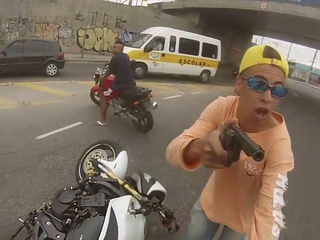 محاولة سرقة دراجة نارية تتحول إلى فيلم اكشن