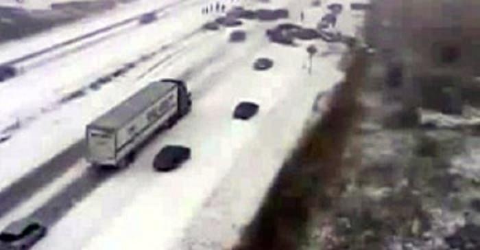 لحظة تصادم 70 سيارة على الثلج